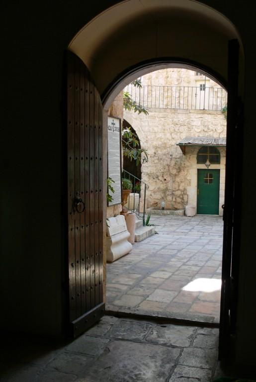 Прочие страны, Израиль, Иерусалим - Новый город. Монастырь Святого Креста, фотография. архитектурные детали, Выход из храма в монастырский двор