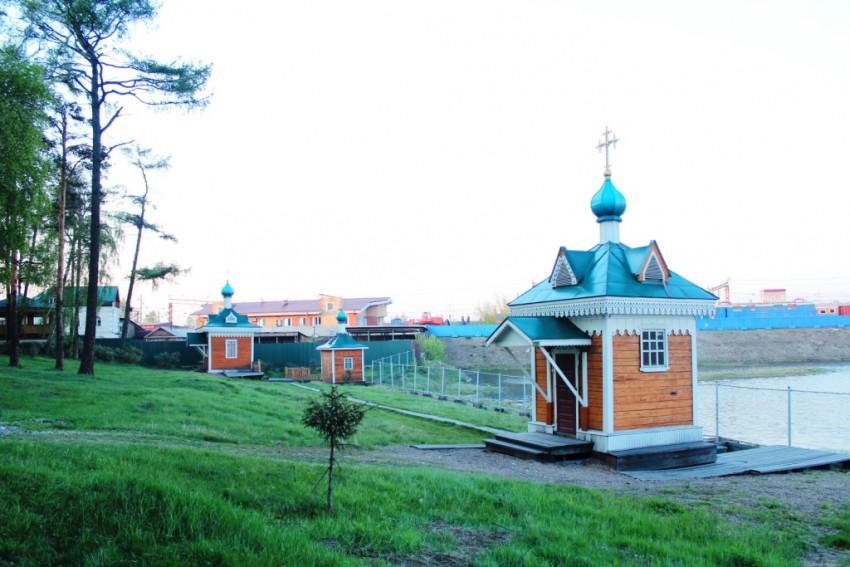 Иркутская область, Иркутск, город, Иркутск. Часовня Софрония, епикопа Иркутского, фотография. общий вид в ландшафте, Вид с юго-запада: слева на дальнем плане - часовня Иннокентия и купальня, справа - часовня Софрония.