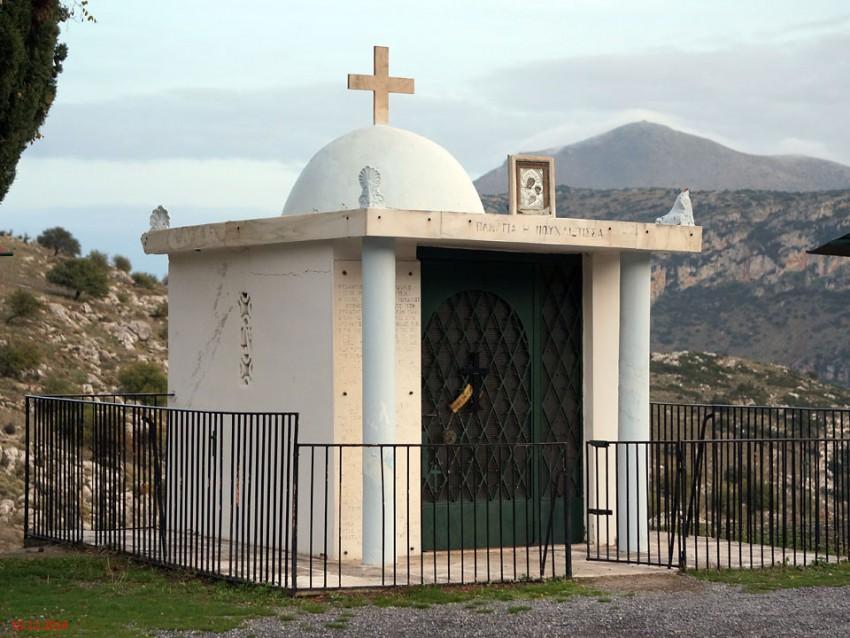 Греция, Пелопоннес (Πελοπόννησος), шоссе Argous-Tripolis между Агиoргитикой и Ахлабокамбосом. Неизвестная часовня, фотография. фасады