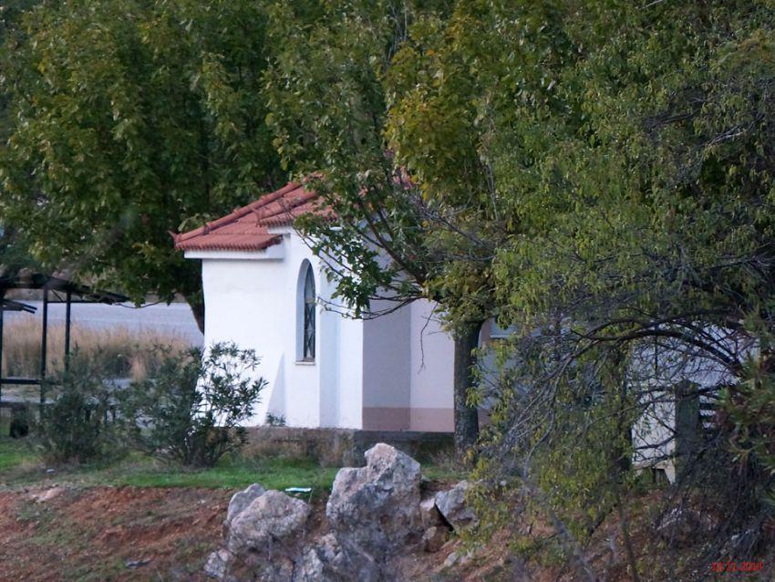 Греция, Пелопоннес (Πελοπόννησος), Ахладокампос. Неизвестная часовня, фотография. общий вид в ландшафте