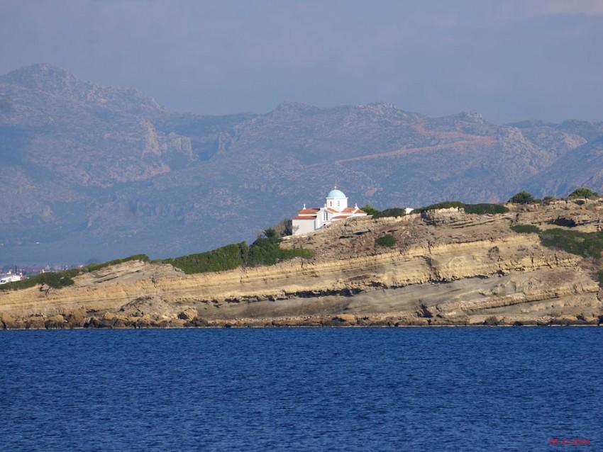 Греция, Пелопоннес (Πελοπόννησος), Палеокастро. Церковь Параскевы Пятницы, фотография. общий вид в ландшафте