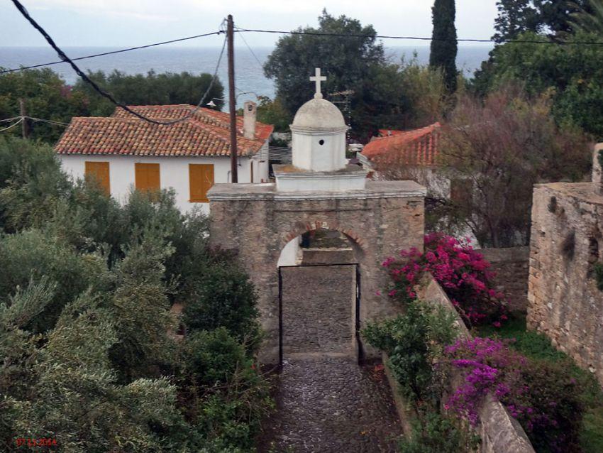 Греция, Пелопоннес (Πελοπόννησος), Корони. Монастырь Иоанна Предтечи, фотография. общий вид в ландшафте