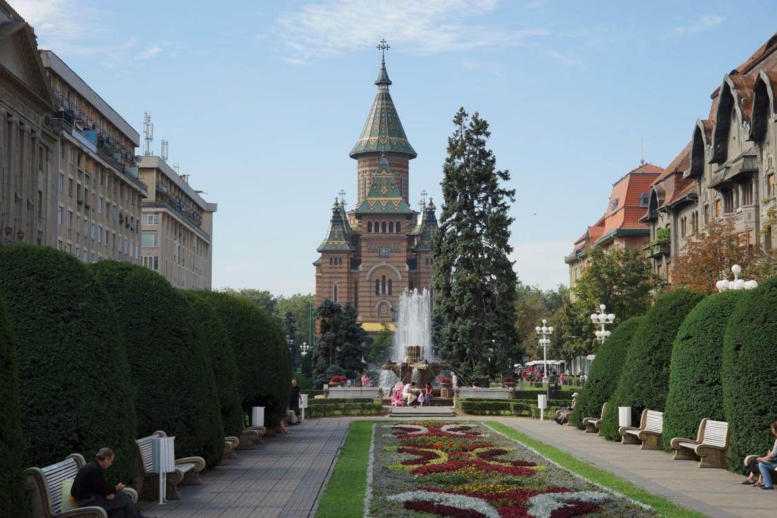 Румыния, Тимиш, Тимишоара. Кафедральный собор Трёх Святителей, фотография. общий вид в ландшафте
