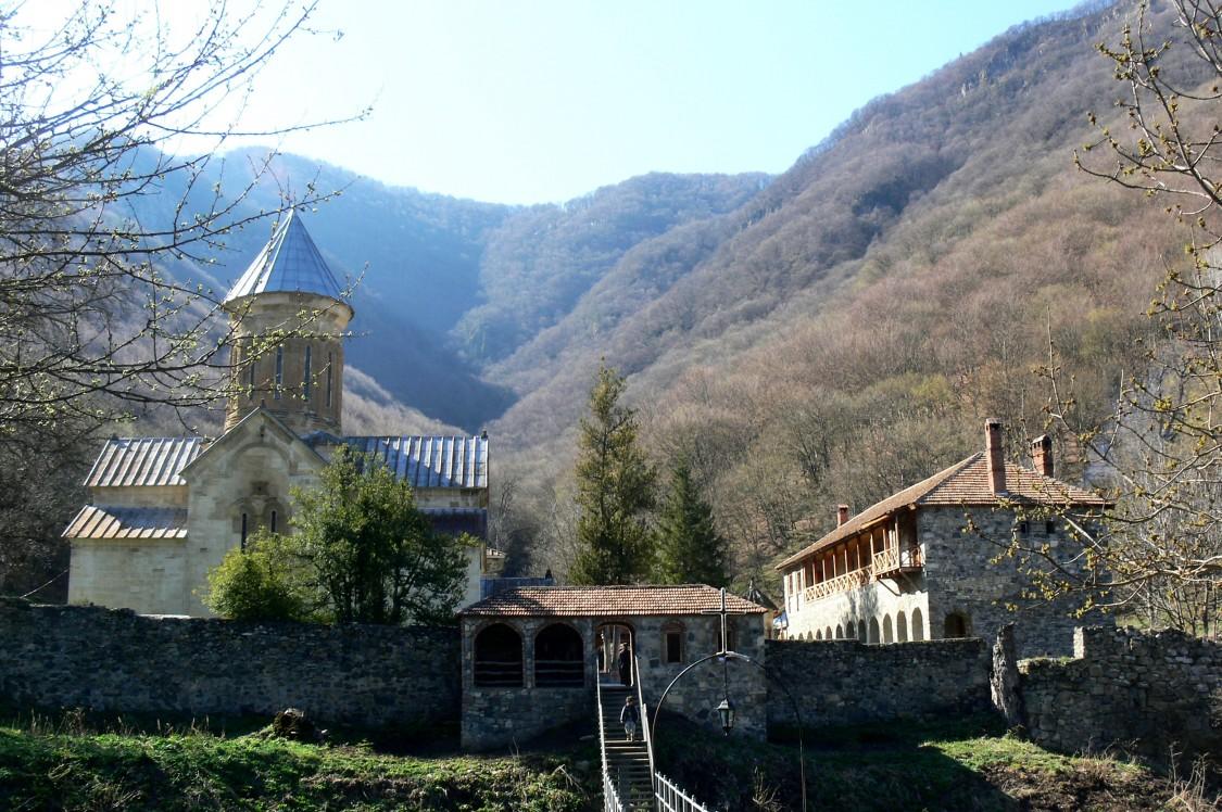 Грузия, Шида-Картли, Кватахеви. Успенский монастырь, фотография. общий вид в ландшафте