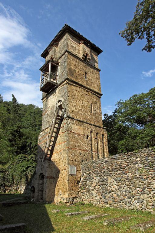 Грузия, Имеретия, Убиси. Георгиевский монастырь, фотография. фасады, В 1141 году рядом с храмом построили жилую башню в 4 этажа, сейчас сохранились только три.
