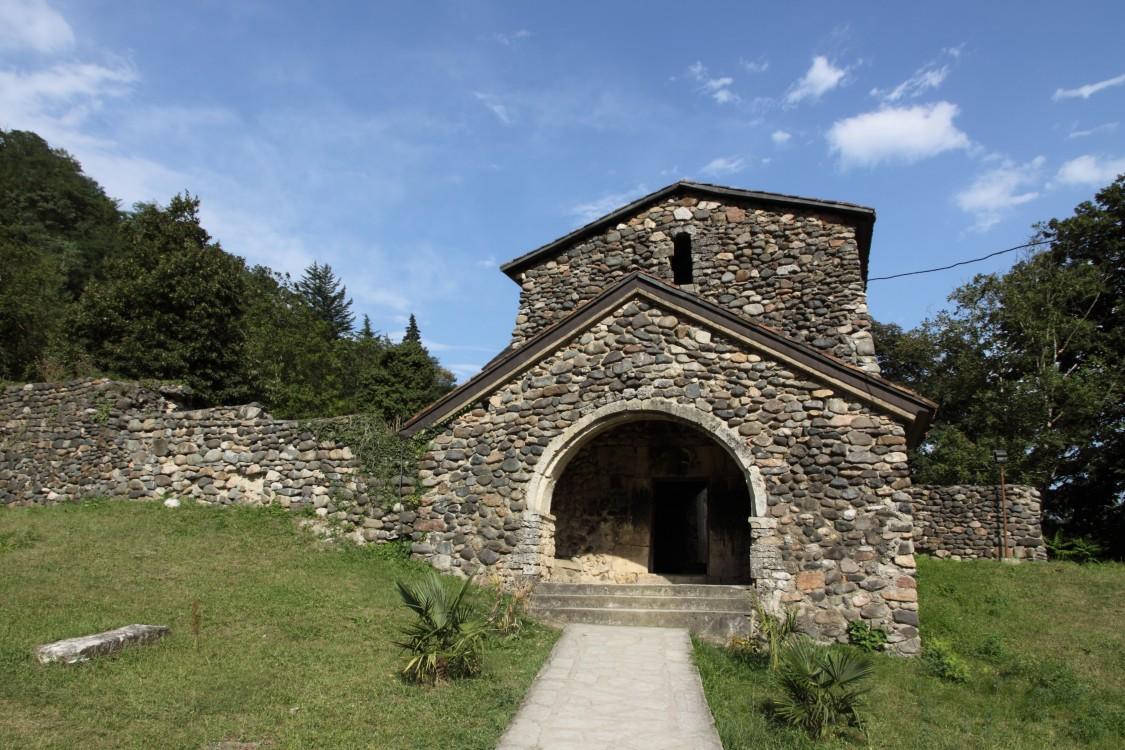 Грузия, Имеретия, Убиси. Георгиевский монастырь, фотография. фасады, Входные ворота - колокольня