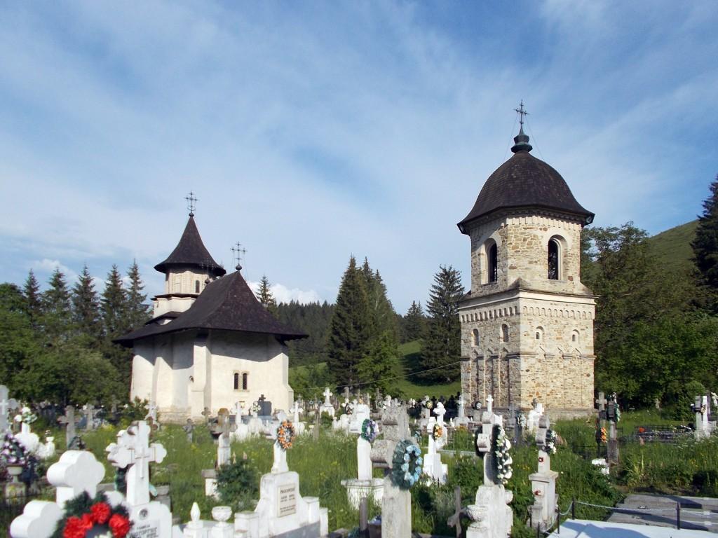 Румыния, Сучава, Сучевица. Церковь Богоявления Господня, фотография. общий вид в ландшафте