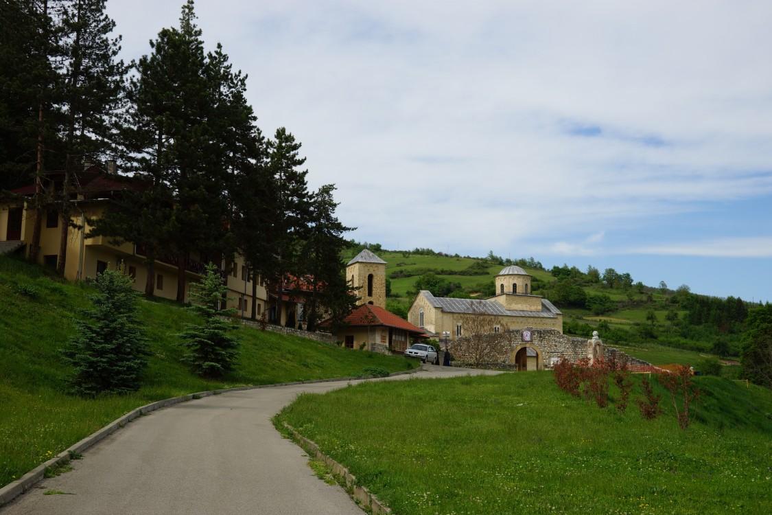 Сербия, Рашский округ, Доляни. Сопочанский Троицкий монастырь, фотография. общий вид в ландшафте