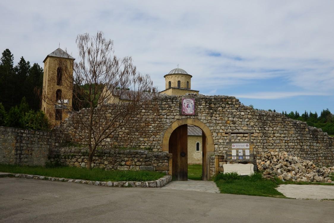 Сербия, Рашский округ, Доляни. Сопочанский Троицкий монастырь, фотография. общий вид в ландшафте, Вход в монастырь