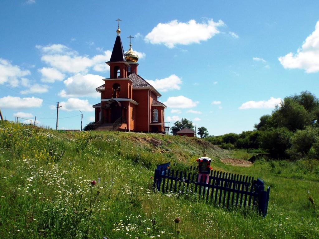 Республика Татарстан, Менделеевский район, Старое Гришкино. Часовенный столб (западный), фотография. общий вид в ландшафте, Часовенный столб на фоне церкви