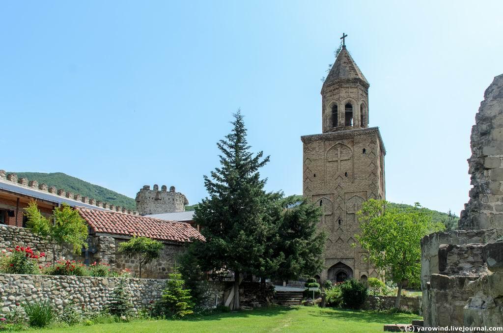 Грузия, Кахетия, Ниноцминда. Монастырь Нины равноапостольной. Колокольня, фотография. фасады