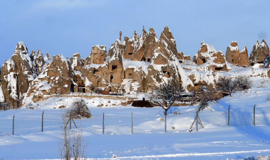 Турция, Невшехир, Гёреме. Монастырь, фотография. общий вид в ландшафте