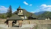 Кэлинешти. Монастырь Корнету. Церковь Усекновения главы Иоанна Предтечи